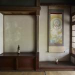 入江 早耶  (左)「ヤマネコダスト」、(右)「ベンテンダスト」 (左)消しゴムのかす、酒瓶 (右)消しゴムのかす、掛軸  (元飯塚商店にて展示)