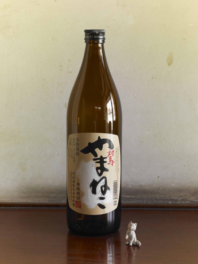 入江早耶 ヤマネコダスト 消しゴムのかす、酒瓶 (元飯束みやげ品店にて展示)