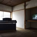 吉濱翔 「びおんオーケストラのピアノと石」 ビデオ、ピアノ、石 (対馬アートセンターにて展示)