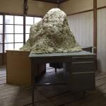 丸橋光生 「なんでもないランド」 土、机 (対馬アートセンターにて展示)