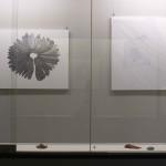 七搦 綾乃 (左)「海を照らす」、(右)「界を結ぶ」 桂、紙、インク (対馬歴史民俗資料館にて展示)