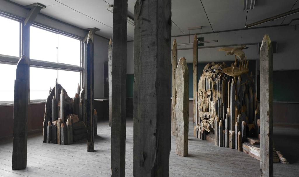 伊東敏光〈「オソレシマ」と「コンペイトウの森」のある内院の教室〉